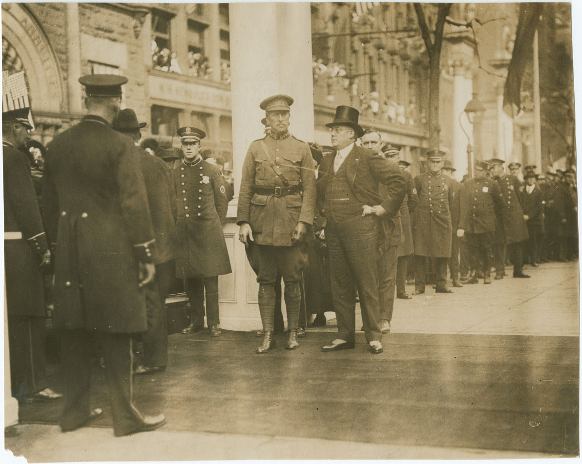 King Albert and Mayor Smith in front of Independence Hall (Philadelphia, 1919). Gelatin silver photograph.