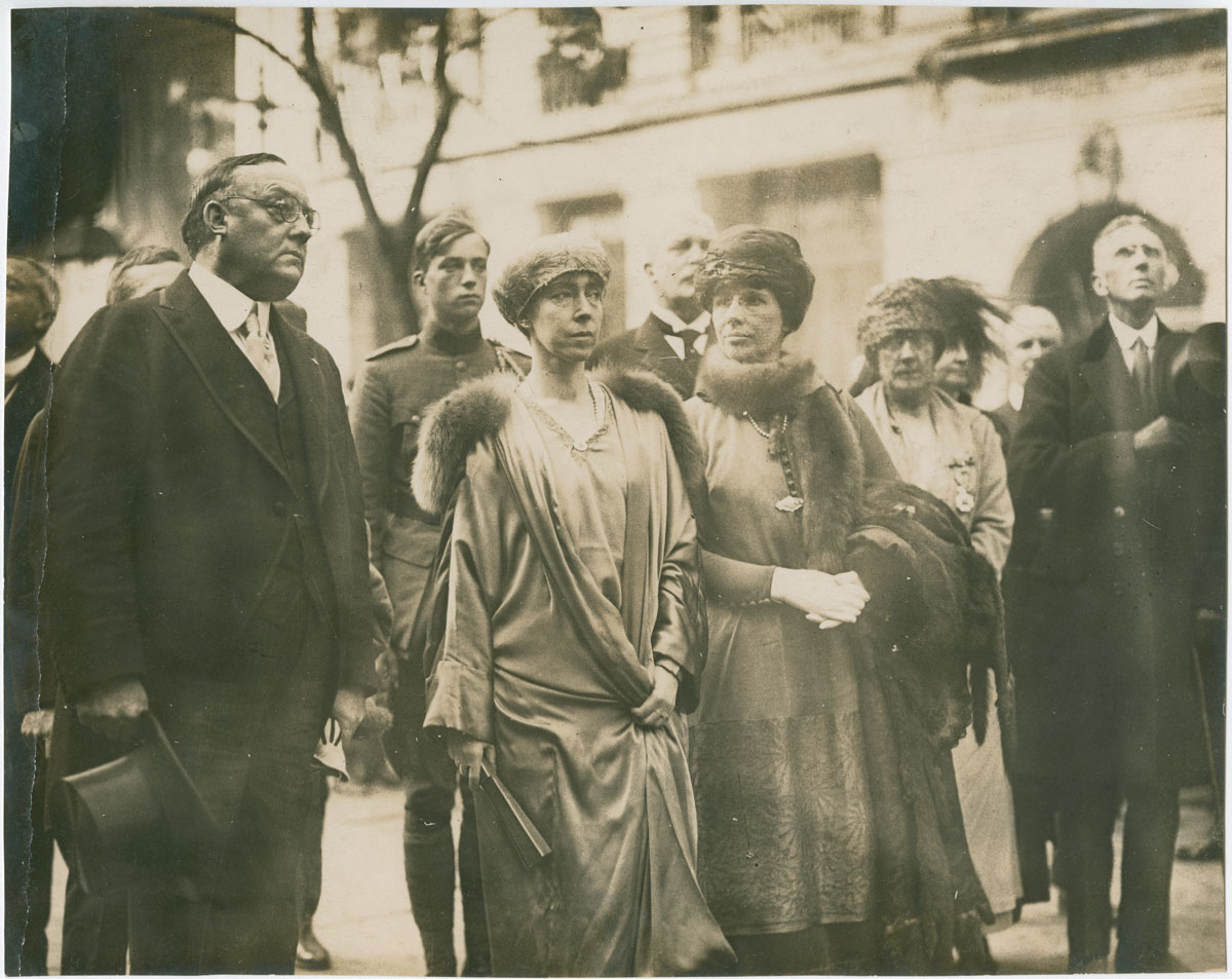 Mayor Smith, Queen Elizabeth, and Mrs. Smith arriving at Independence Hall (Philadelphia, 1919). Gelatin silver photograph.